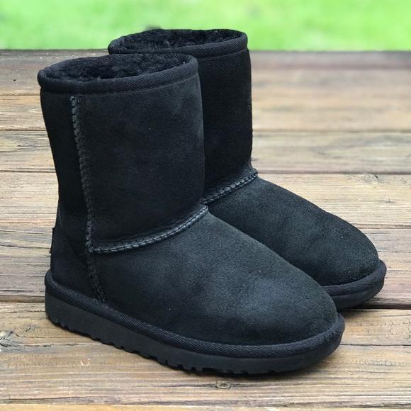 Girls Short Black UGG Boots. M 5b2afc18aaa5b81fba7fb569 73006da84